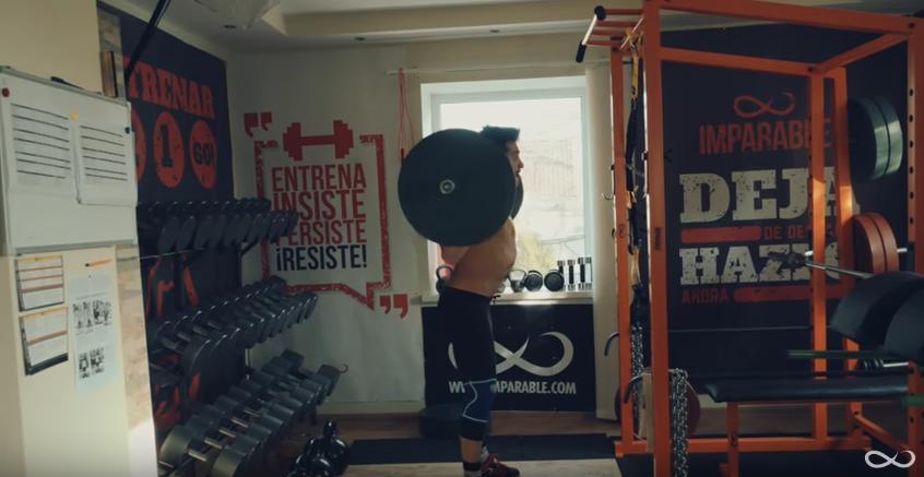 Entrenamiento en casa con jaula de potencia y barra olimpica - Plan de entrenamiento en casa ...